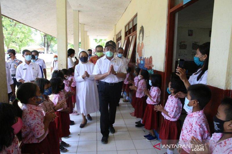 Menko PMK kunjungi sekolah yang belajar tatap muka di SBD