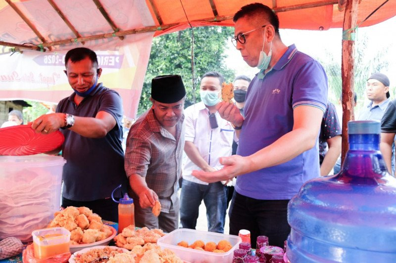 Merakyat, Mulyadi makan gorengan bersama warga Pasaman Barat