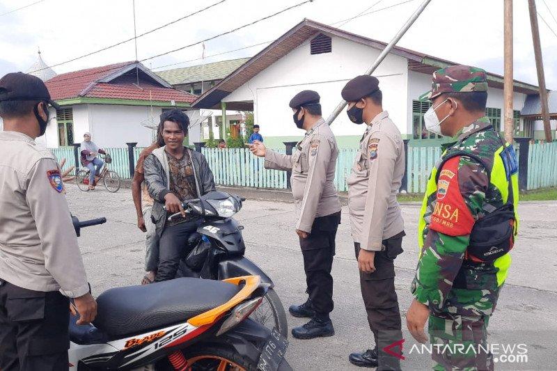 Terjaring operasi, lima pelanggar prokes di Teluk Belitung disuruh beli masker