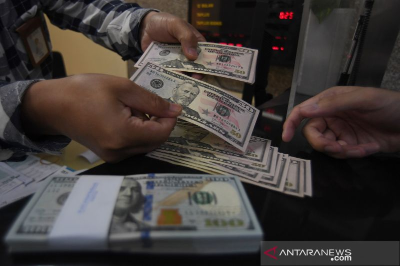 Dolar jatuh ke terendah hampir 3 bulan