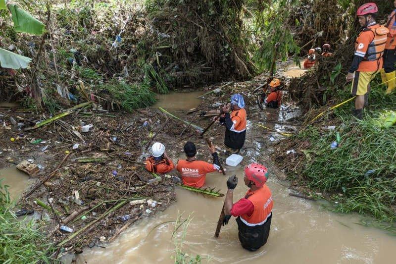 Pemotor terseret banjir di Kendal ditemukan meninggal