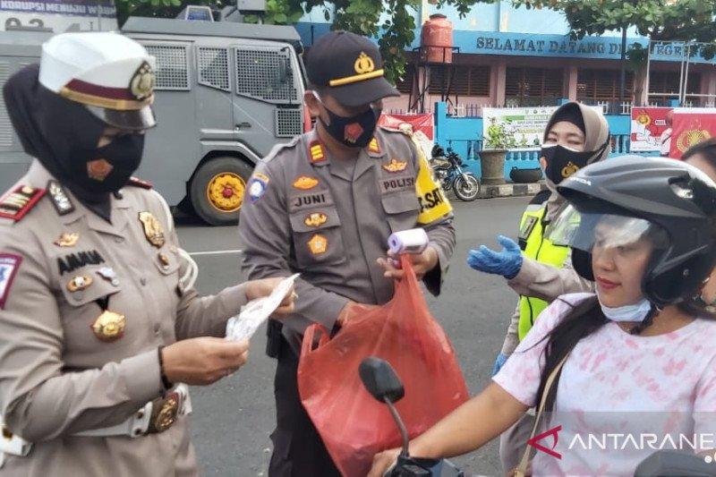 Polres OKU bagikan 2.000 masker cegah  penyebaran COVID-19