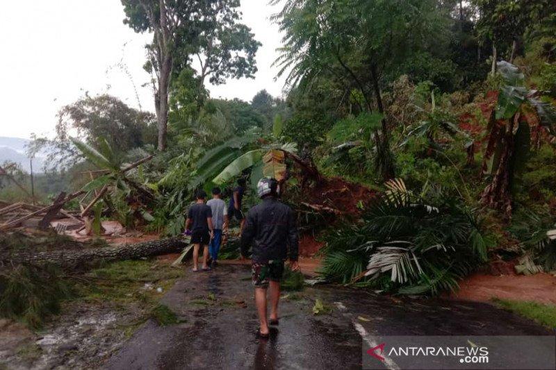 Puluhan jiwa diungsikan antisipasi longsor susulan di Cianjur selatan