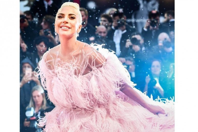 """Lady Gaga akan adu peran dengan Brad Pitt dalam film """"Bullet Train""""?"""