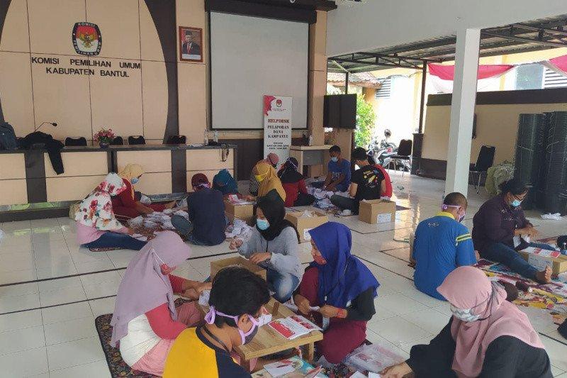 KPU Bantul mulai sortir dan melipat surat suara untuk Pilkada