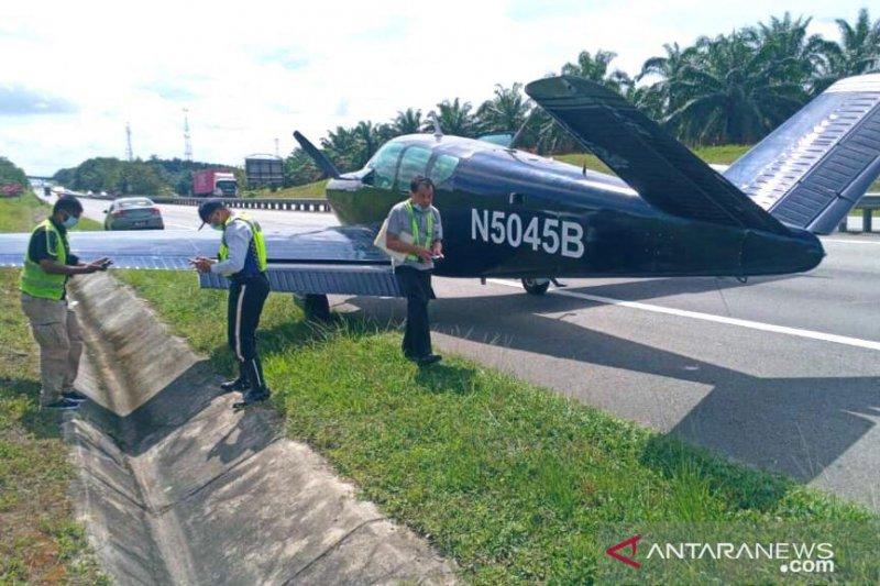 Pesawat ringan jenis Beechcraft ringan mendarat di jalan tol