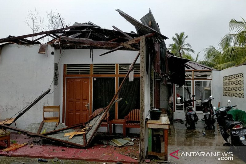 Puluhan rumah warga di Batu Nampar Lotim disapu angin puting beliung