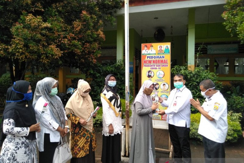 Pemkot Pariaman berikan bunga kepada pengajar dalam peringati Hari Guru