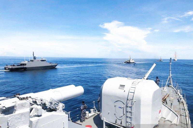 Enam kapal perang Indonesia latihan manuver di laut Sulawesi