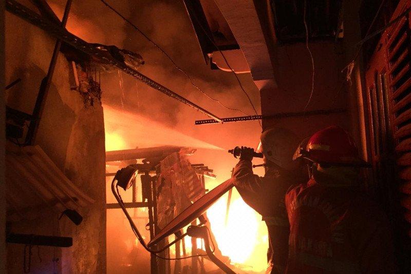 Damkar terkendala akses padamkan kebakaran di Menteng Atas  Setiabudi