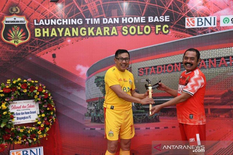 CEO Bhayangkara Irjen Istiono bermain pada laga persahabatan kontra Pemkot Surakarta