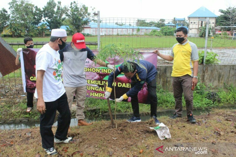 S Kalimantan planting trees to prevent landslide