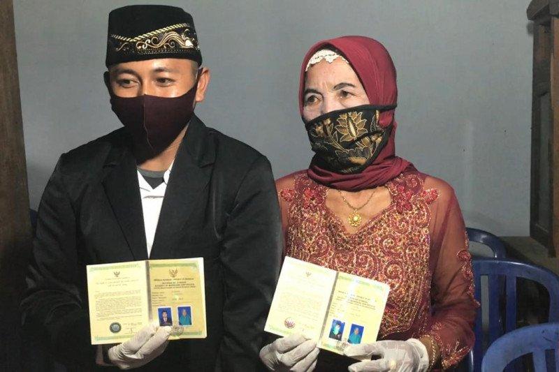Seorang pemuda nikahi nenek usia 76 tahun
