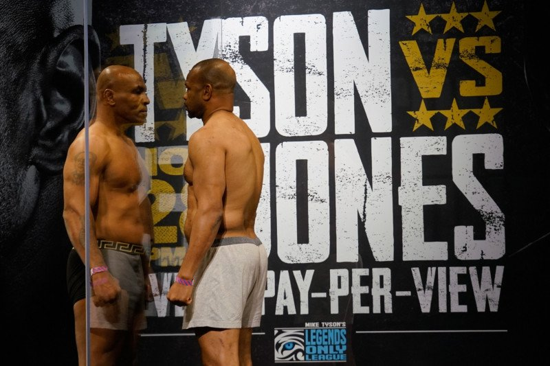 "Duel ""comeback"" Mike Tyson vs Roy Jones berakhir imbang"