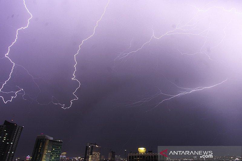 BMKG : Waspadai angin kencang disertai petir di wilayah Jakarta