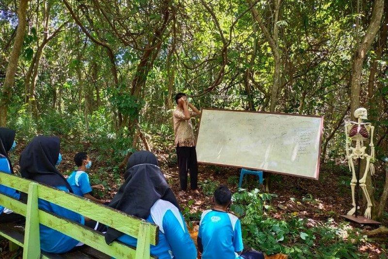 """Guru biologi """"sulap"""" hutan bersampah jadi Laboratorium Alam"""