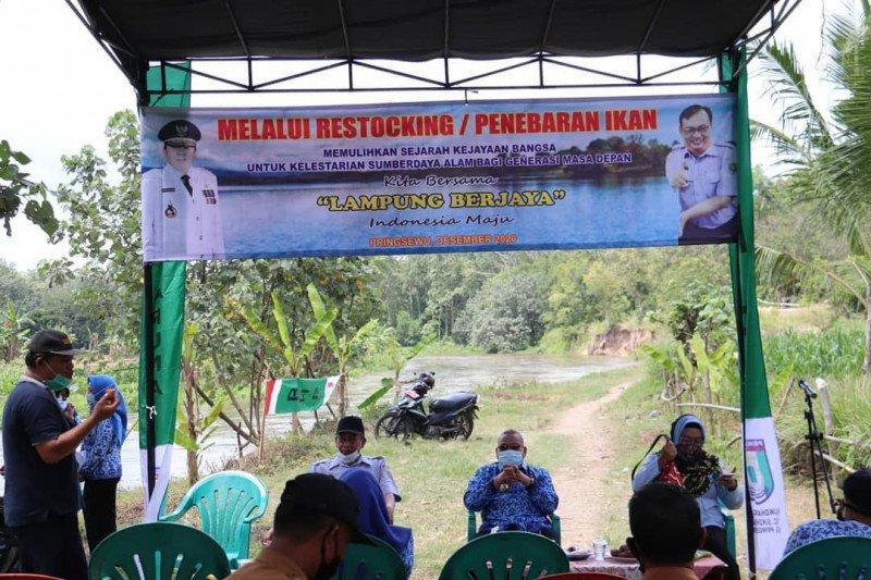 Asisten II Pemkab Pringsewu serahkan benih ikan bantuan dari Pemprov Lampung
