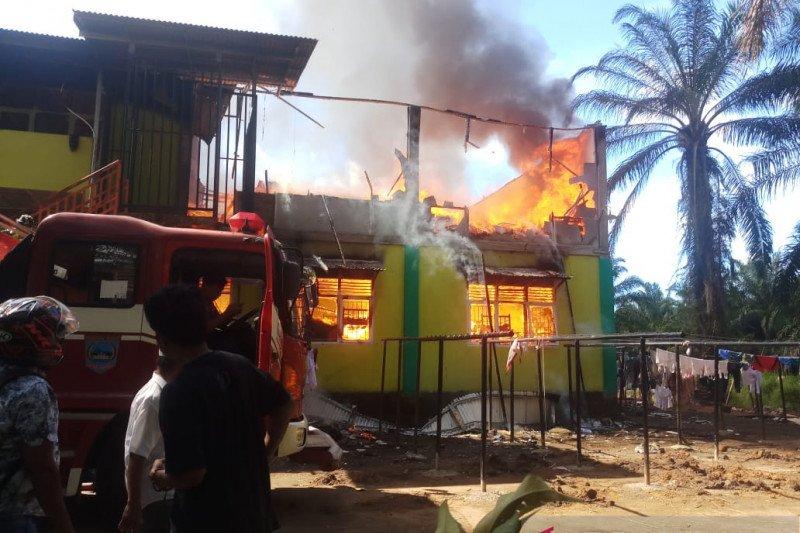 Asrama SMP IT Darul Hikmah Pasaman Barat terbakar saat siswa sedang melaksanakan ujian