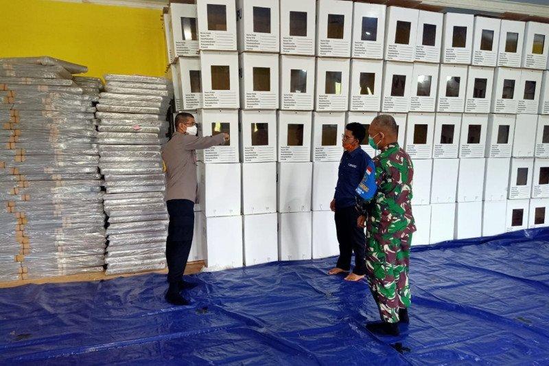 TNI-Polri mengecek kesiapan logistik Pilkada di KPU Lombok Utara