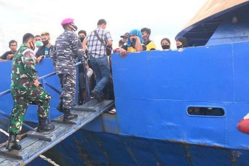 Danlanal Melonguane mengingatkan penumpang kapal  patuhi prokes COVID-19