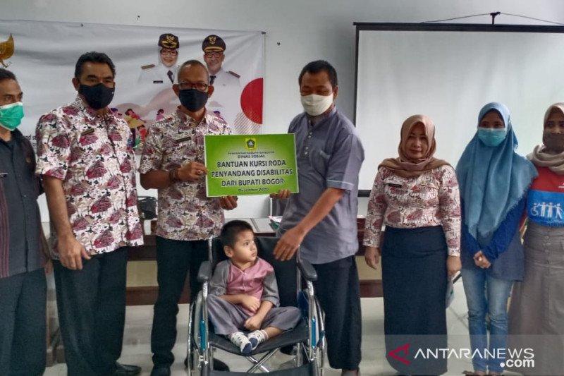Dinsos Kabupaten Bogor beri ratusan kursi roda untuk penyandang disabilitas