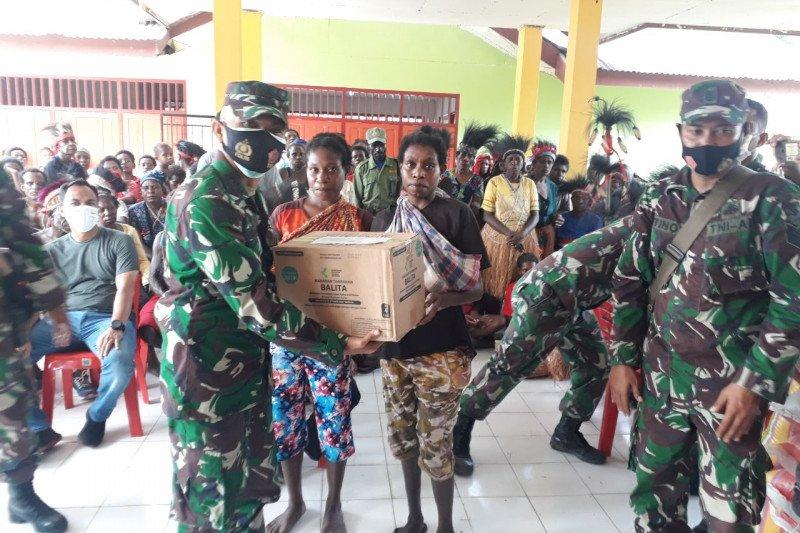 Kodim Mimika bagikan sembako warga di kampung Iwaka