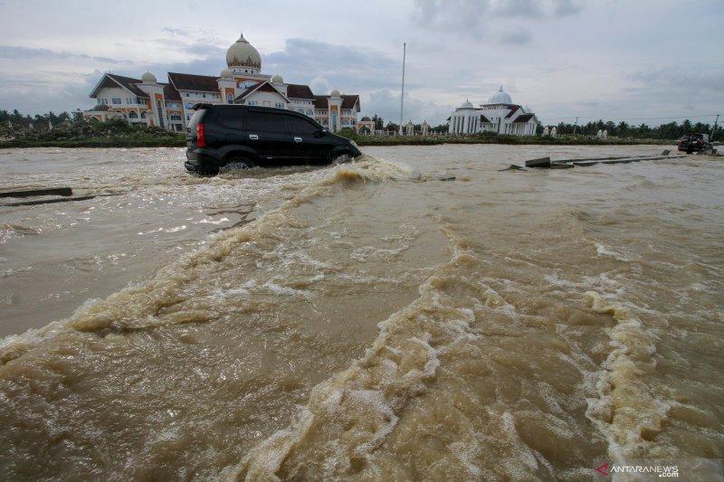 Tips aman berkendara di jalur banjir, apa saja?