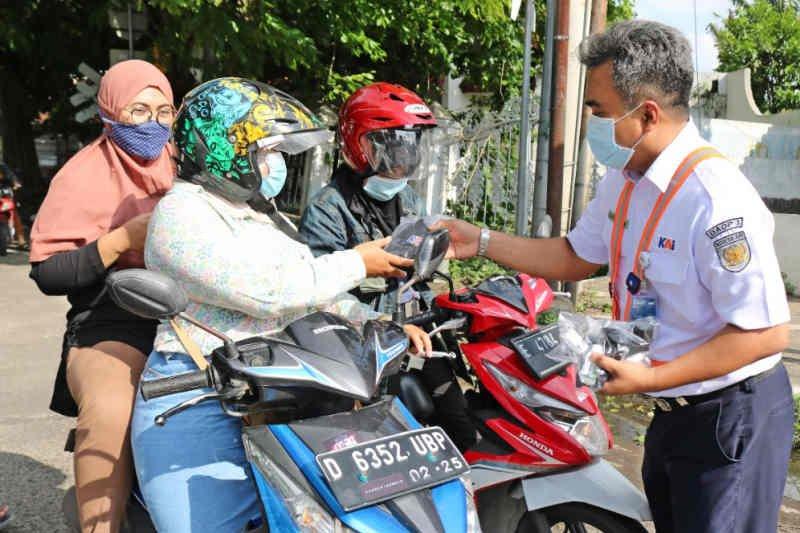 KAI Cirebon bagikan paket masker dan vitamin kepada pengguna jalan