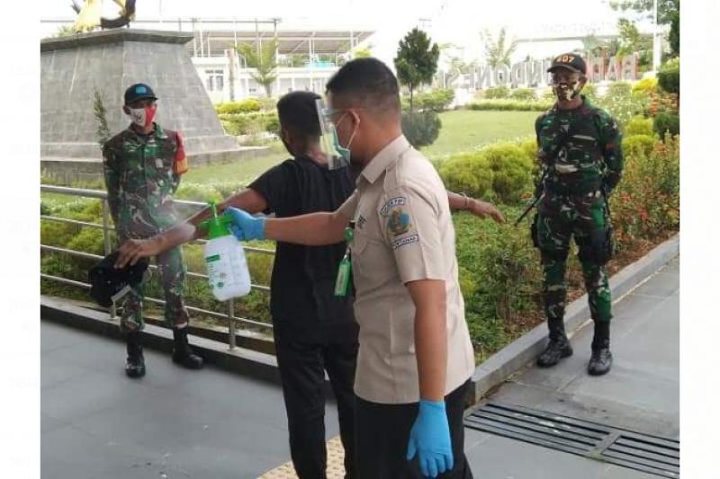 Tenaga kesehatan perbatasan RI-Malaysia menjalani vaksinasi