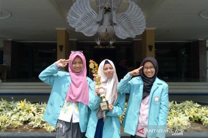 Tabir surya karya mahasiswa UNS Surakarta  juarai kompetisi nasional