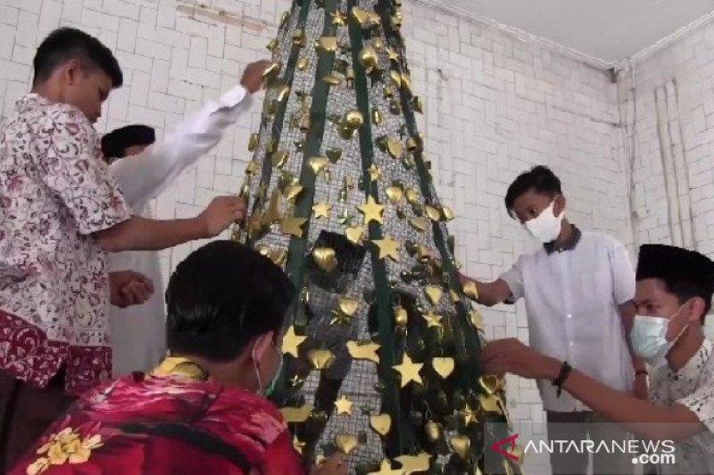 Pemuda NU Madiun bantu hiasi pohon Natal di panti asuhan umat Nasrani