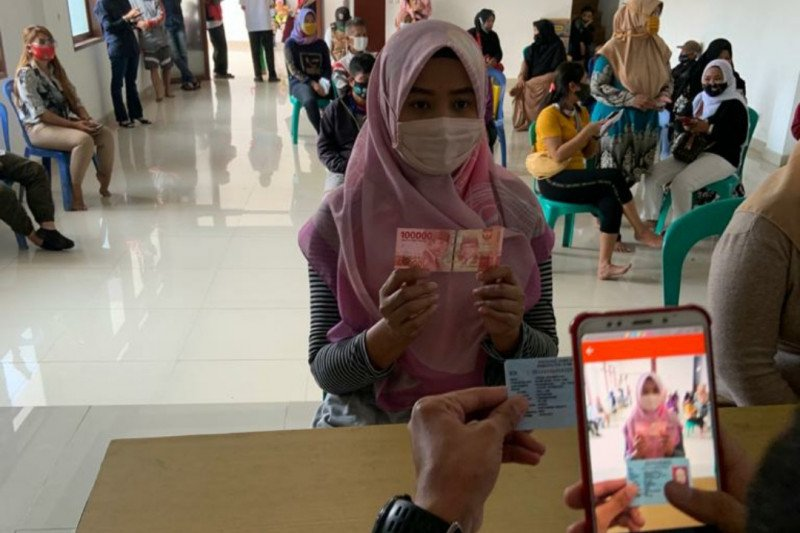 1,9 juta lebih keluarga di Jawa Barat terima bansos tahap IV
