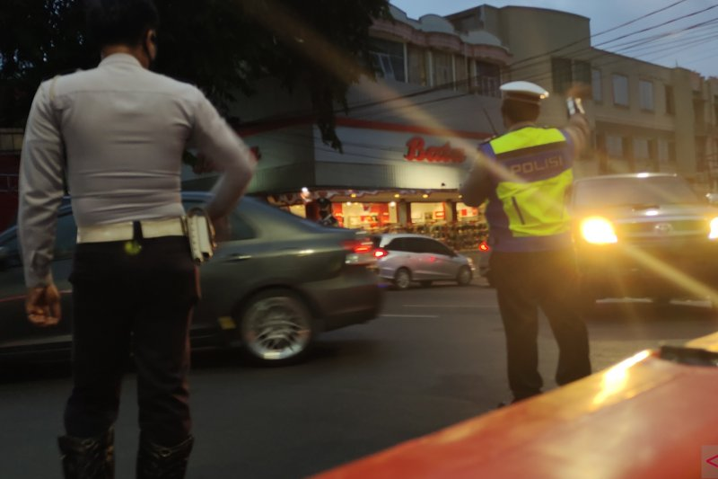 Personel gabungan sedang mengatur arus lalu lintas