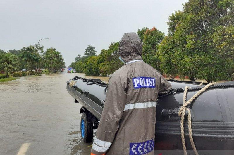 Penjagaan di jalur lintas Bandara Hang Nadim yang terendam banjir