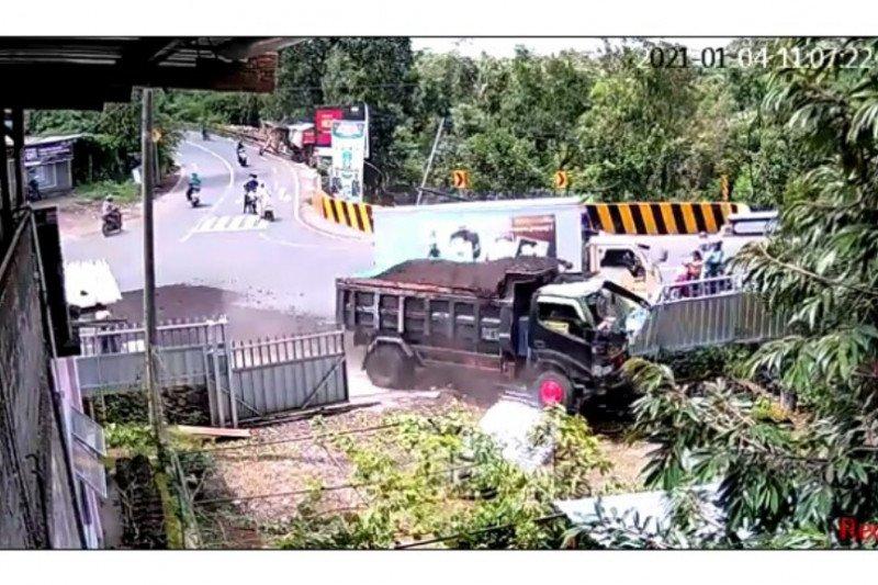 Ini detik-detik dump truk tabrak mobil boks di Lombok Tengah (Video)