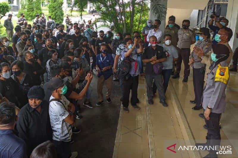 Ratusan THL Pemkot Manado tuntut kejelasan nasib