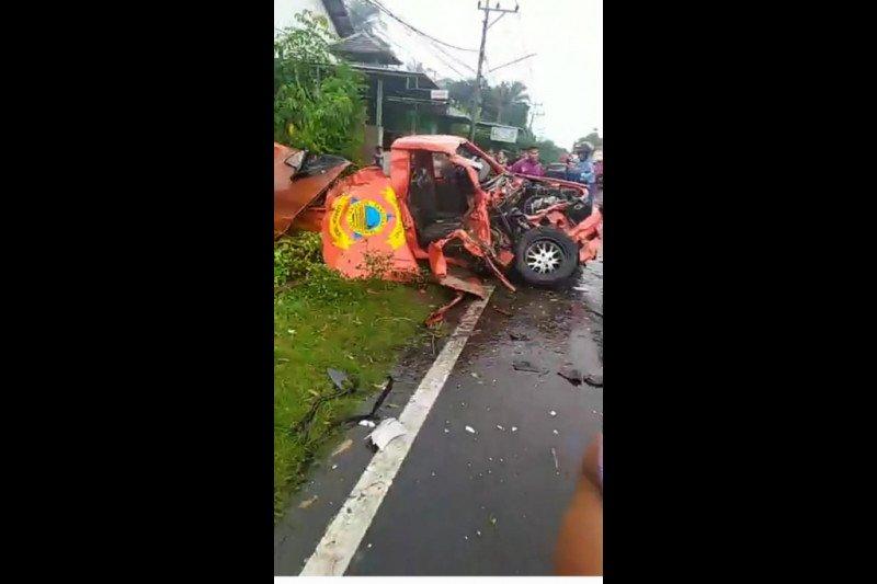 Satu meninggal dua kritis, mobil operasional BPBD Lombok Timur vs truk di Pringgabaya