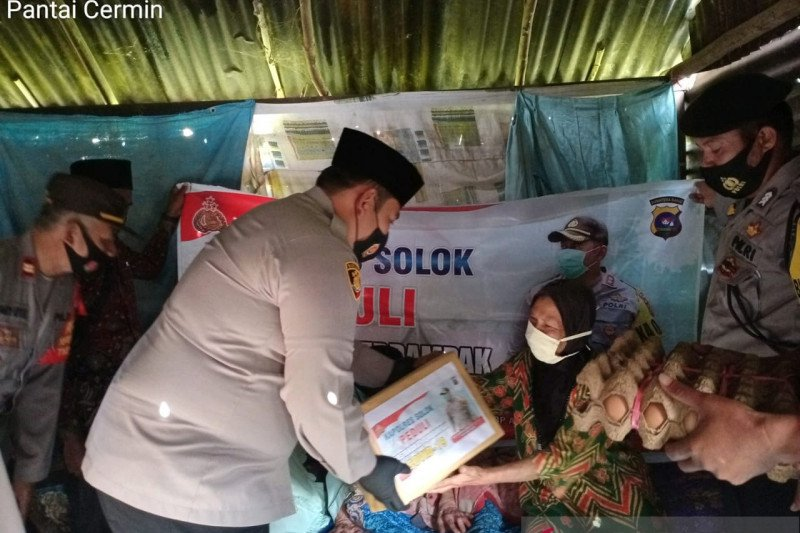 Polres Solok Arosuka bantu masyarakat terdampak pandemi COVID-19