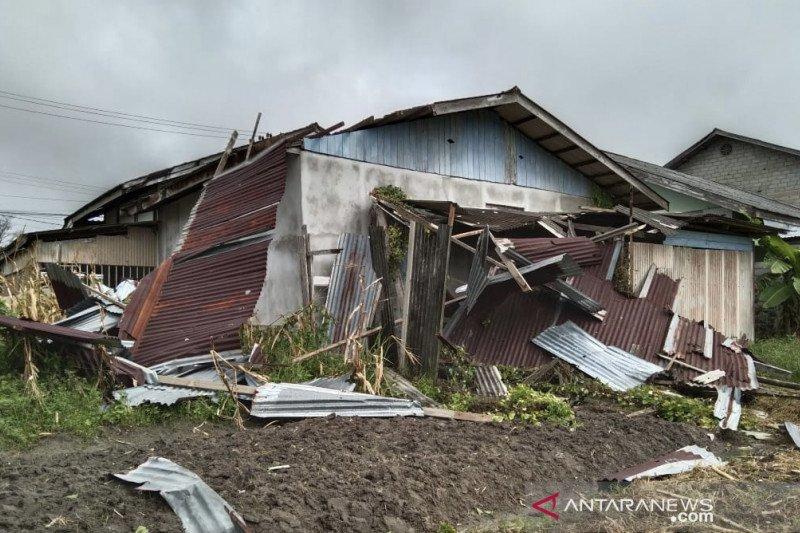 11 rumah rusak parah akibat angin kencang di Natuna