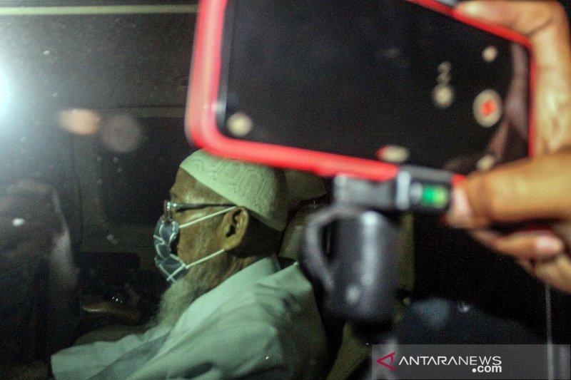 Ustad Abu Ba'asyir menuju kediaman di Sukoharjo dikawal Densus 88 dan BNPT
