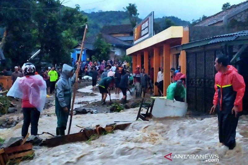 Banjir bandang dan longsor tutup ruas jalan raya Bandung-Cianjur