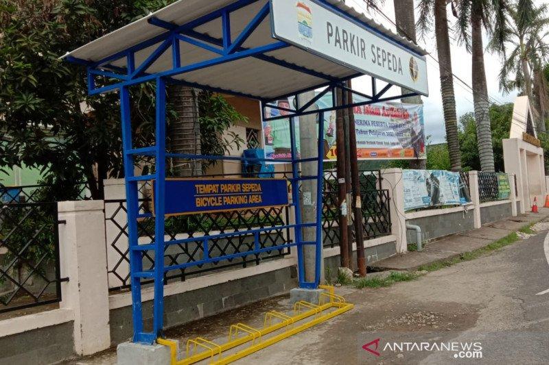 Dishub Palembang membuat lokasi parkir sepeda  di pinggir jalan
