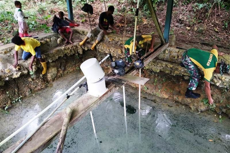 Satgas Yonif MR 413 bersama warga kampung Yowong bersihkan sumber air bersih