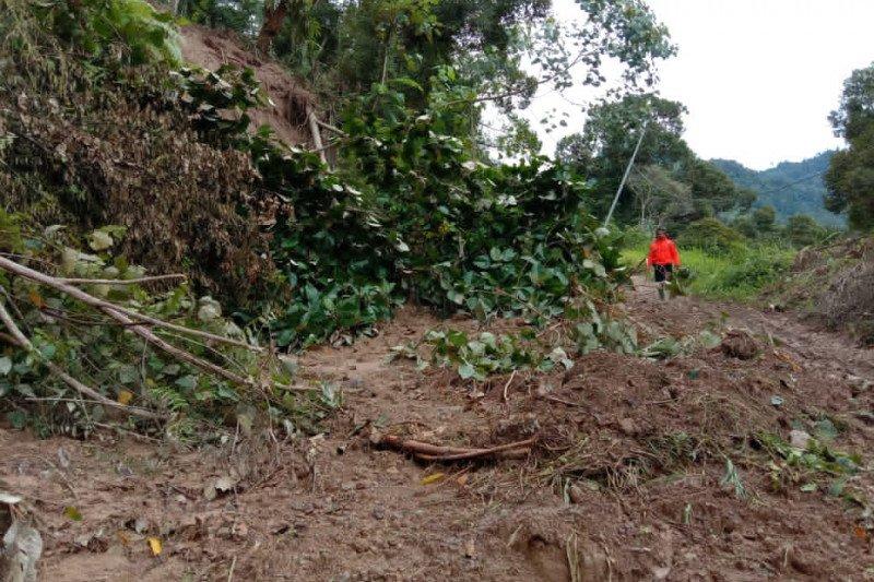 Jalur utama tertimbun longsor, 2.481 warga di Langgai terisolasi