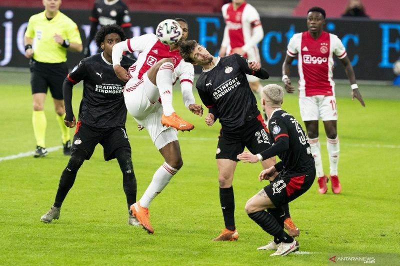 Duel klasik sepak bola Belanda antara Ajax vs PSV berakhir imbang 2-2
