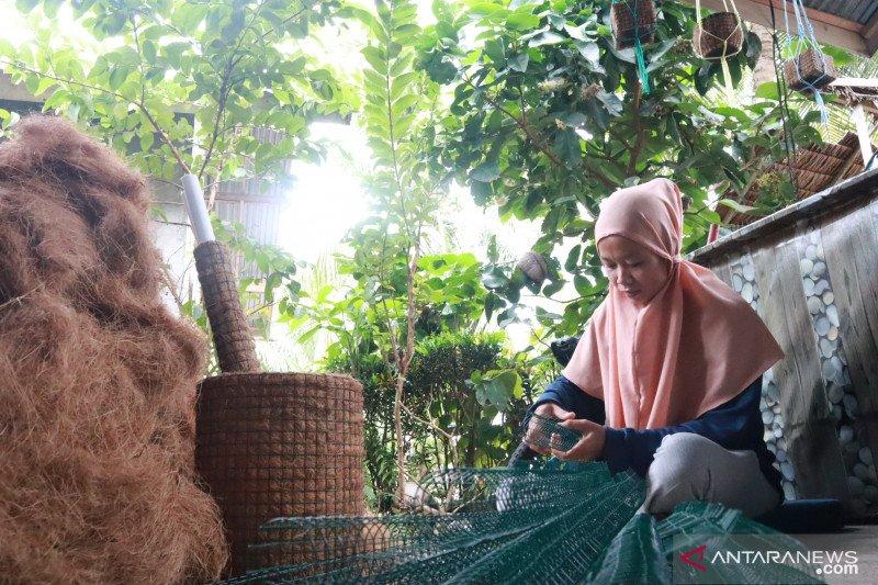 Seorang ibu di Pariaman buka usaha pot bunga dari sabut kelapa beromzet jutaan rupiah perbulan (Video)