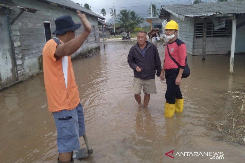 Jalan dan pemukiman terendam akibat ombak tinggi di Natuna