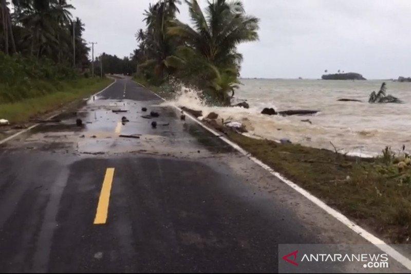 Jalan terancam putus akibat ombak dan angin kencang