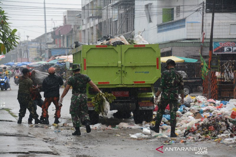 Korem 031/WB gelar karya bakti atasi krisis sampah Pekanbaru