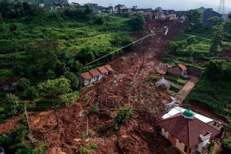 Pencarian korban longsor Cimanggung Jabar